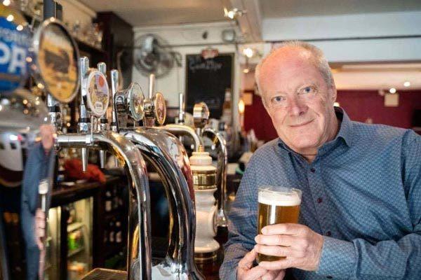 Dùng 60 năm cuộc đời để chinh phục hơn 51.000 quán bia trên khắp nước Anh, người đàn ông ghi tên mình vào Kỉ lục Guinness thế giới