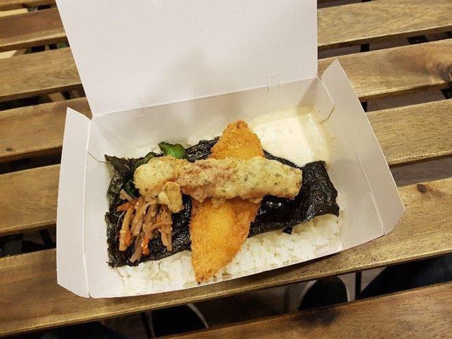 Đặt hàng qua các ứng dụng giao đồ ăn, Shipper gian lận ăn bớt của khách hàng