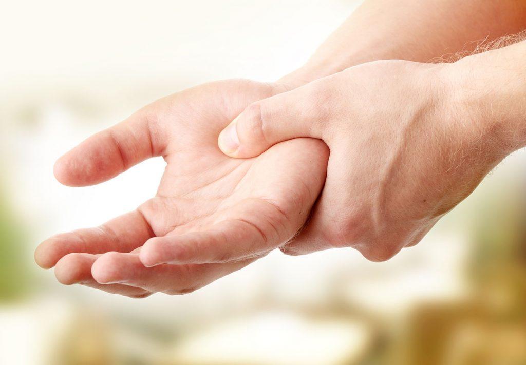 Tay bị run khi cầm nắm đồ đạc phải chữa thế nào đúng khoa học?