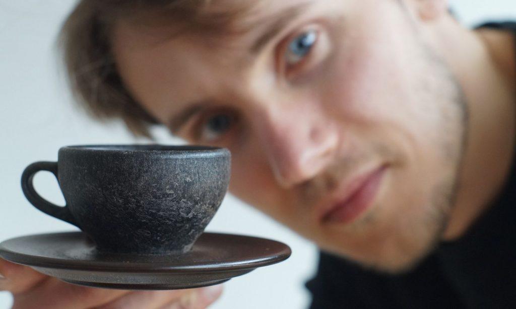 Tái chế bã cà phê thành cốc cà phê độc đáo