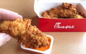 Quyết hạn chế gia tăng số lượng cửa hàng, không bán Chủ nhật nhưng số lượng khách hàng cứ tăng, ngay cả KFC cũng dè chừng