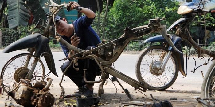 Kiếm tiền từ những chiếc xe máy cũ kỹ bị bỏ đi
