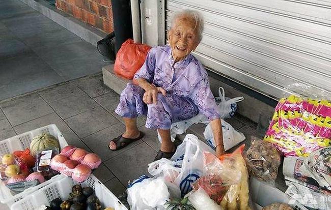 Cách bà lão 97 tuổi mở cửa hàng bán rau, đắt hơn nhiều người khác nhưng vẫn đông khách