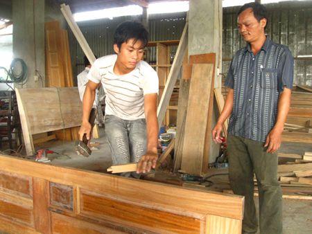 Người đàn ông trở thành tỷ phú với xưởng gỗ 300.000 đồng
