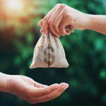 Đi ngủ nằm mơ thấy người ta cho mình tiền thì may mắn hên hay vận xui