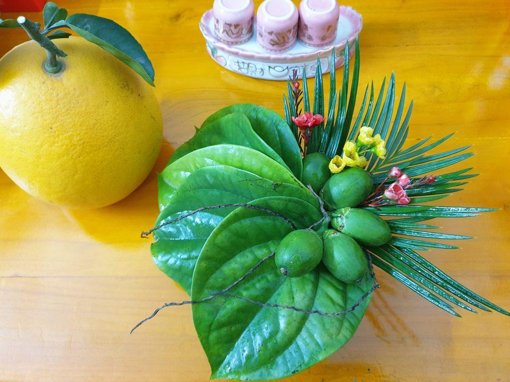 Làm thế nào (Cách) đặt lá trầu và cau đúng khi thắp hương trên bàn thờ