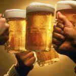 Uống 1 li bia trước khi đi ngủ có tốt hay không