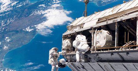 Phi hành gia làm gì trên vũ trụ (1 ngày trên vũ trụ bằng bao nhiều ngày trên Trái Đất)